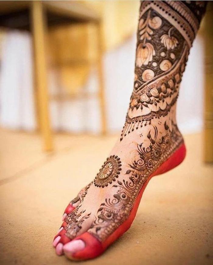 tatuaje-henna-en-el-pie-para-mujer-flores-y-mandalas-interesantes