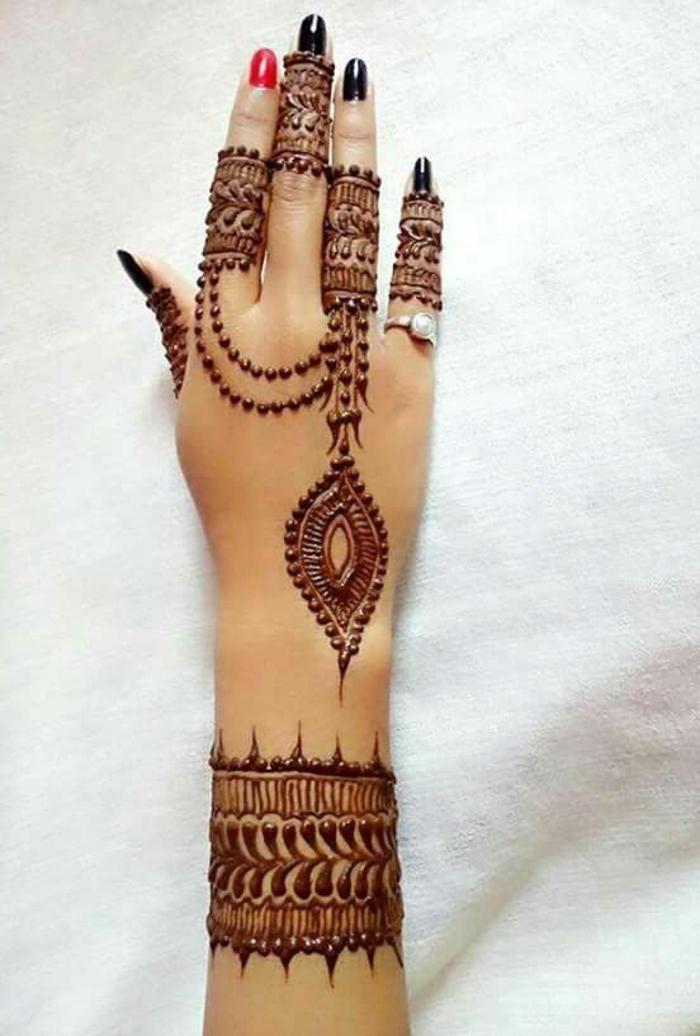tatuaje-henna-en-la-mano-de-mujer-lindo-dibujo