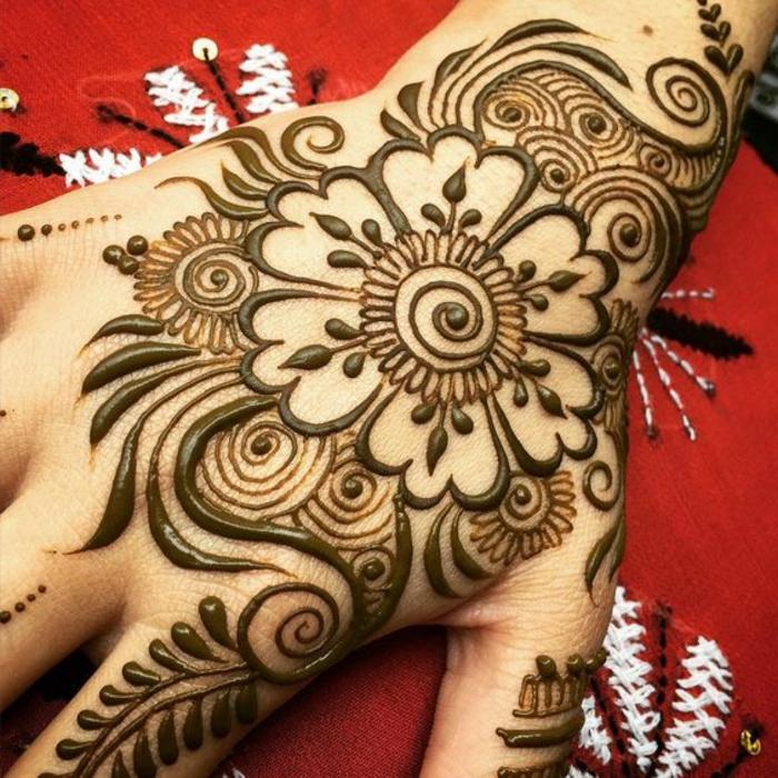 tatuaje-henna-para-mujer-en-la-mano-flores-henna-marrón