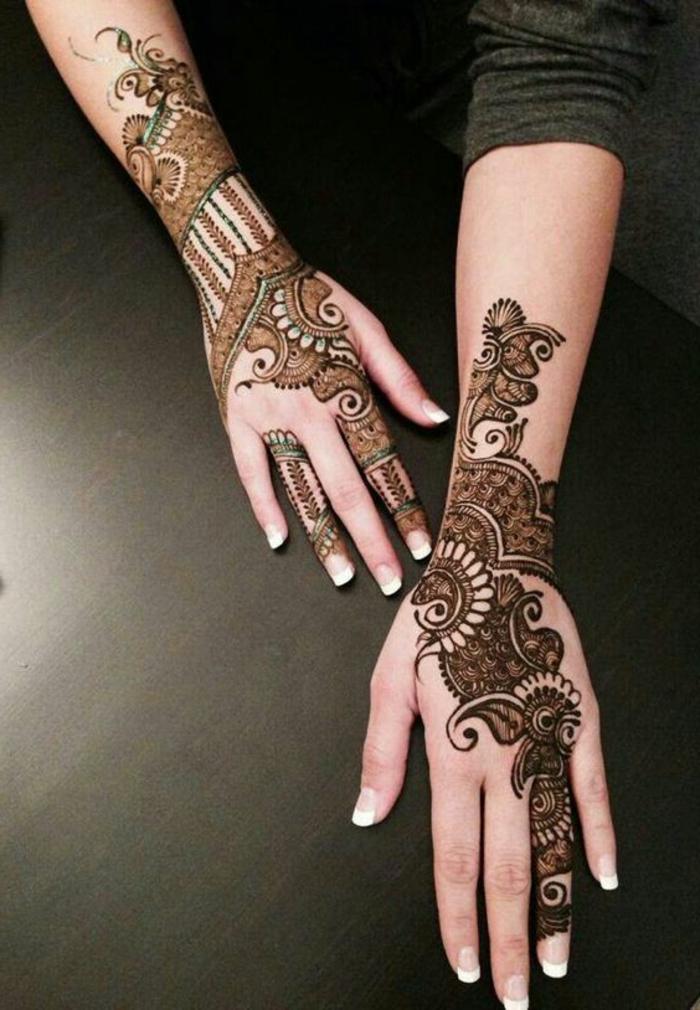 tatuaje-henna-para-mujer-en-las-manos-bello-dibujo-flores