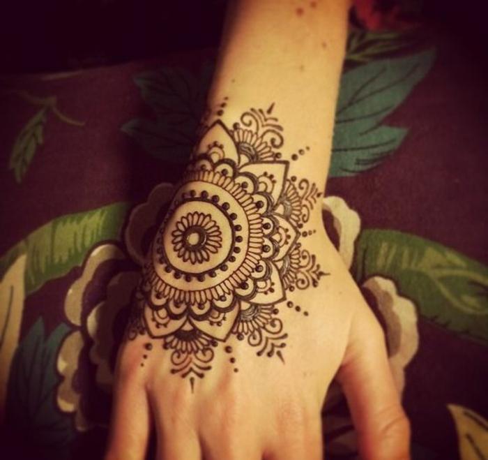 tatuajes-de-henna-bella-mandala-que-parece-a-flor