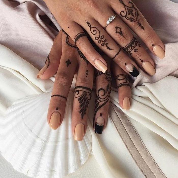 tatuajes-de-henna-para-mujer-en-los-dedos-interesante