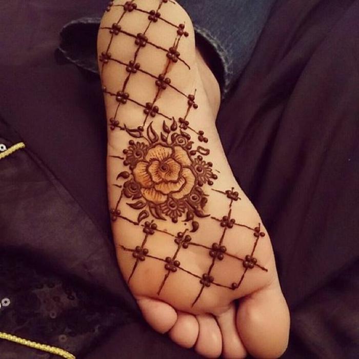 tatuajes-henna-dibujo-lindo-de-rosa-en-el-paso