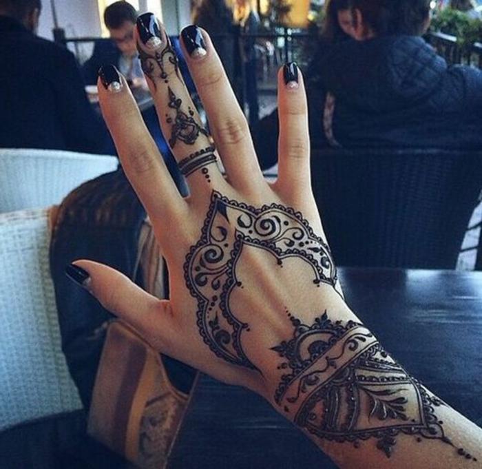 tatuajes-henna-en-la-mano-dibujo-lindo-estilo-indio