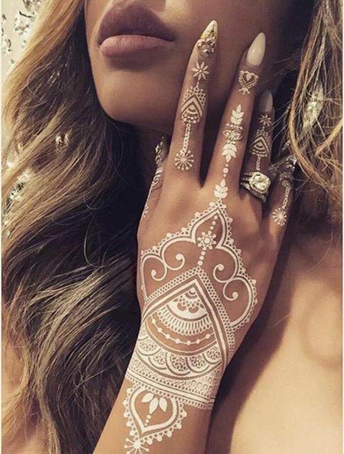 1001 ideas de tatuajes de henna temporal para mujeres - Tatouage blanc sur peau noir ...