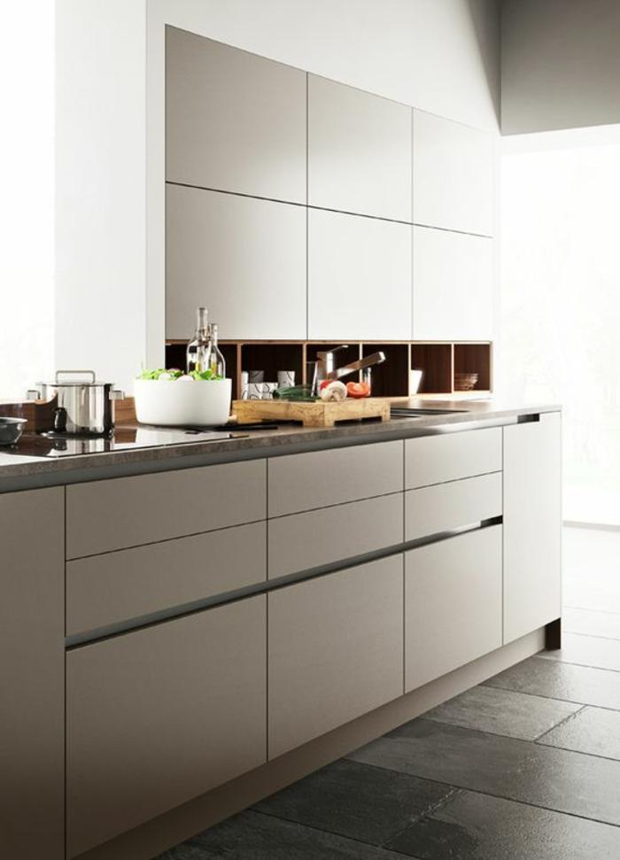 cocina-blanca-y-gris-cocina-pequeña-balsa-estrecha-ventana-grande-diseño-moderno