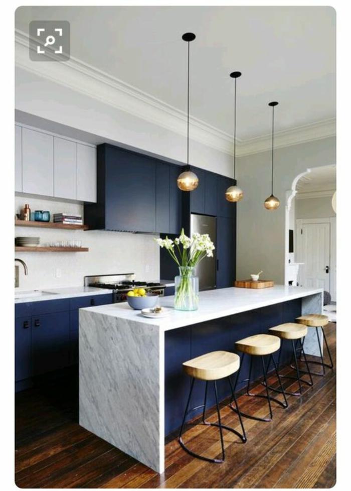 cocina-blanca-y-gris-cocina-pequeña-sillas-de-madera-y-metal-florero