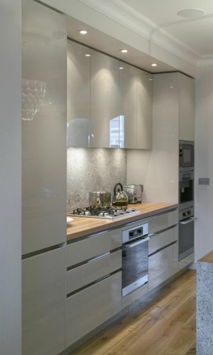 cocina-blanca-y-gris-dos-hornos-integrados-balsa-de-madera-microonda-suelo-de-madera