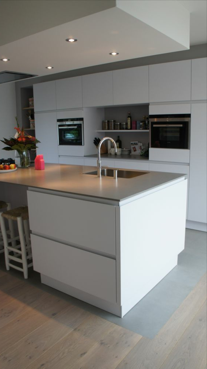 cocina-blanca-y-gris-dos-hornos-integrados-bien-decorada-fregado-cuadrado