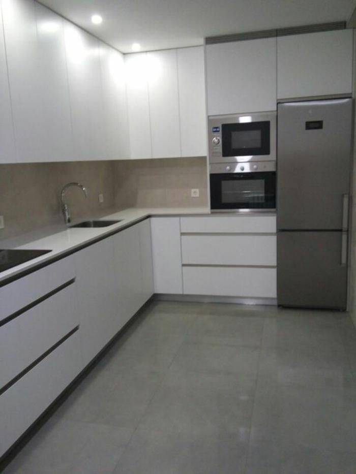 cocina-blanca-y-gris-frigorífico-inoxo-cocina-moderna-horno-integrado-tonos-fríos