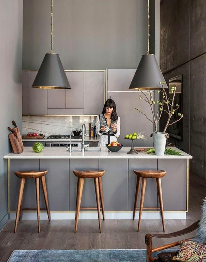 cocina-blanca-y-gris-moderna-sillas-de-madera-lámparas-colgantes-cocina-pequeña-mujer