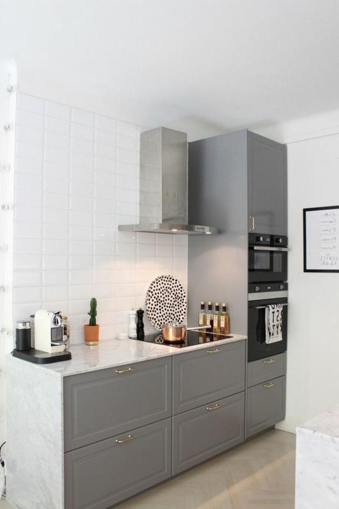 cocina-rustica-balsa-blanca-muebles-grises-cocina-pequeña-horno-integrado