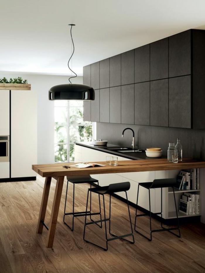 cocina-rustica-blanco-y-gris-sillas-negras-de-metal-partes-de-madera-lampara-colgante-negra