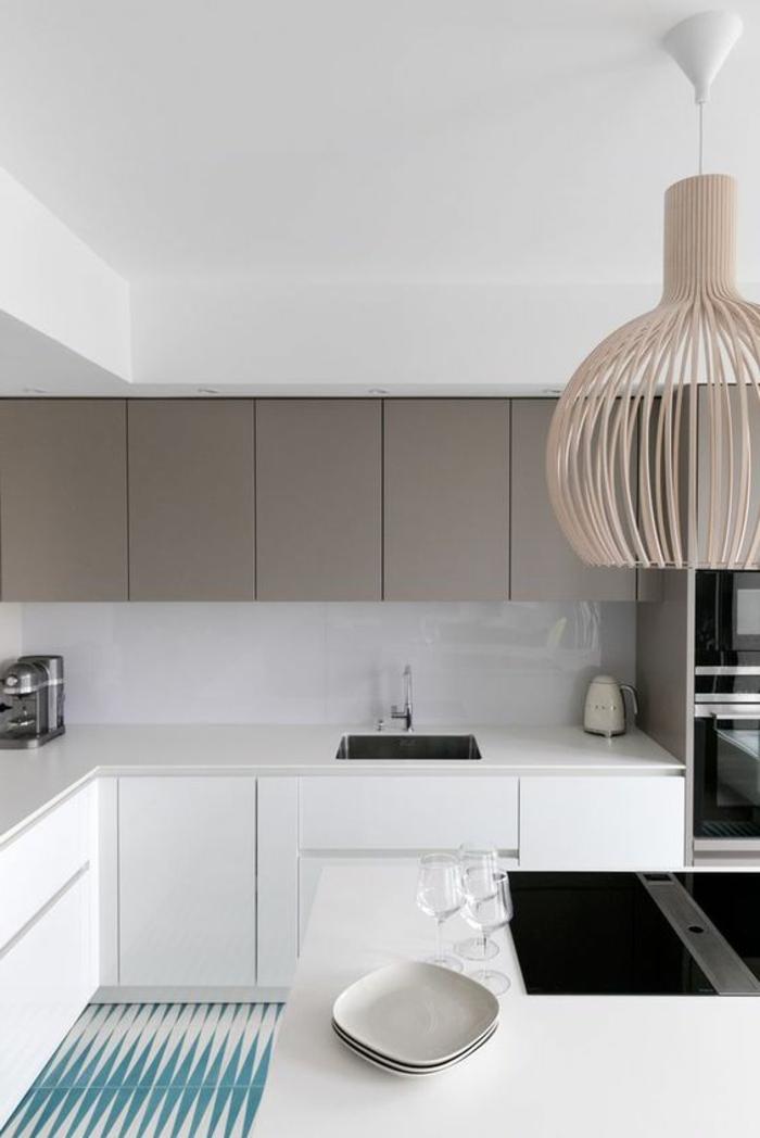 cocina-rustica-muebles-en-blanco-y-gris-lampara-de-diseño-fregadero-cuadrado-horno-integrado