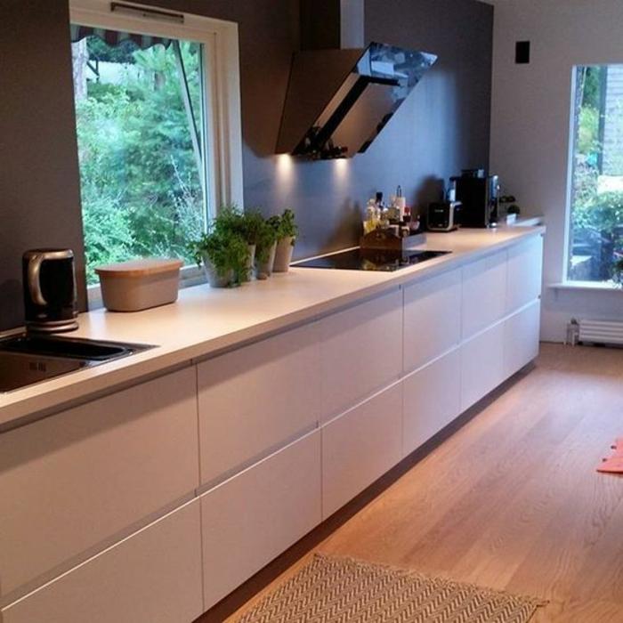cocina-rustica-paredes-gris-muebles-blancos-cocina-grande-ventanas-hierbas-en-ollas