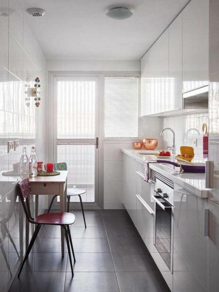 cocinas-blancas-espacio-pequeño-horno-integrado-azulejos-gris-sillas-de color