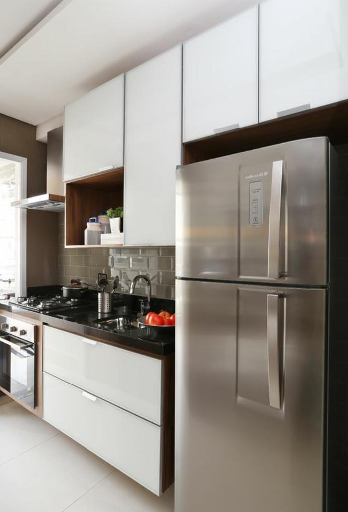 cocinas-blancas-frigorífico-gris-horno-integrado-balsa-negra-pequeño-espacio-de-cocinar