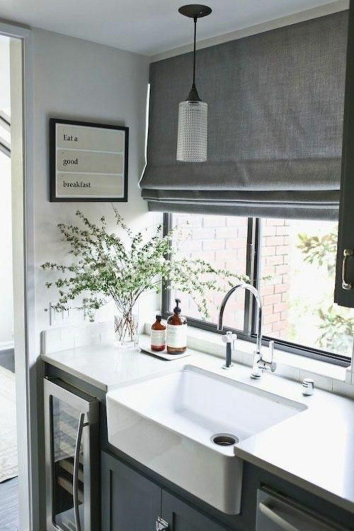 cocinas-blancas-muy-pequeña-ventana-en-fremte-armarios-grises-horno-integrado