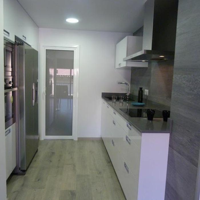 cocinas-blancas-pequeña-balsa-gris-frigorifico-grande-suelo-de-madera-tonos-frios