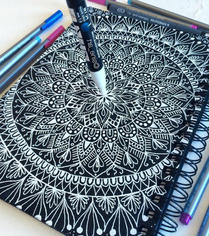 dibujar-mandalas-mandala-difícil-dos-colores-blanco-y-negro