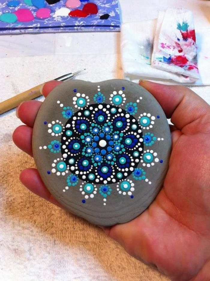 dibujar-mandalas-sobre-piedra-con-puntos-de-acril-tonos-azules