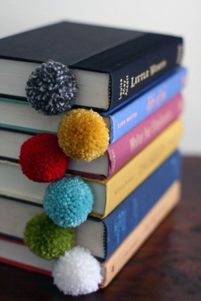 manualidades-originales-marcador-para-libros-con-pom-pom-hecho-a-mano