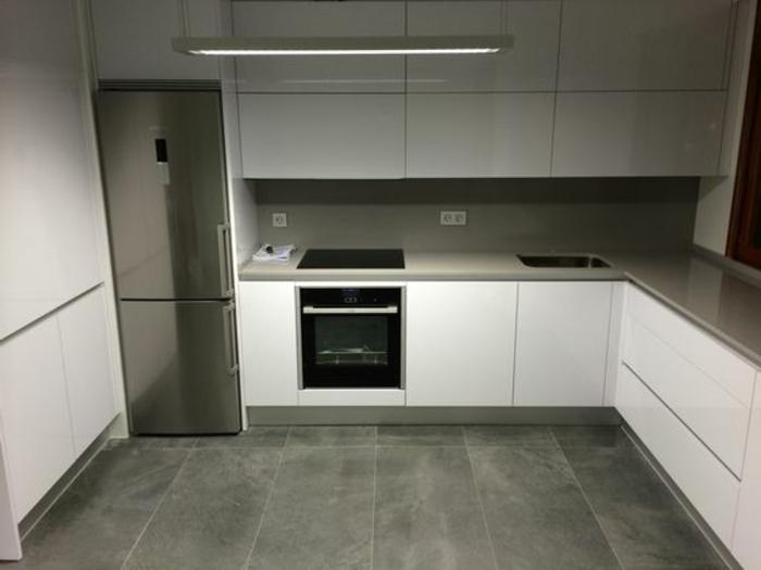 parquet-gris-frigorifico-gris-horno-integrado-sin-ventanas-tonos-frios