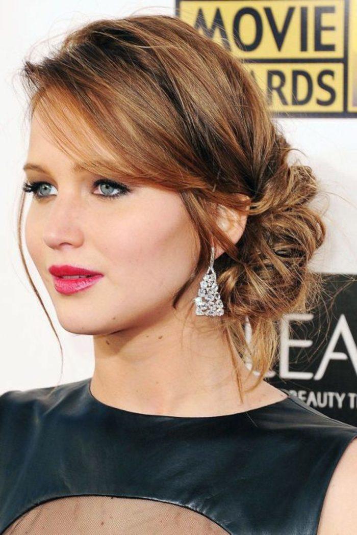 peinado-de-fiesta-linda-mujer-pelo-recogido-al-lado-flequillo-asimetrico-al-lado-pendientes