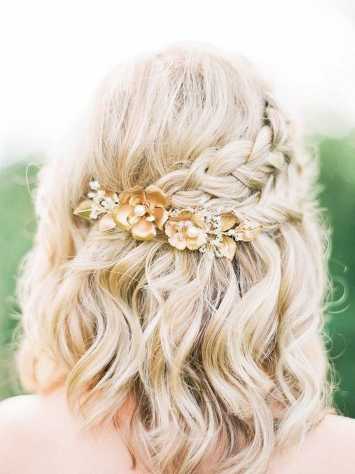 peinados-de-fiesta-mujer-con-pelo-corto-rizado-dos-trenzas-recogidas-con-accesorio