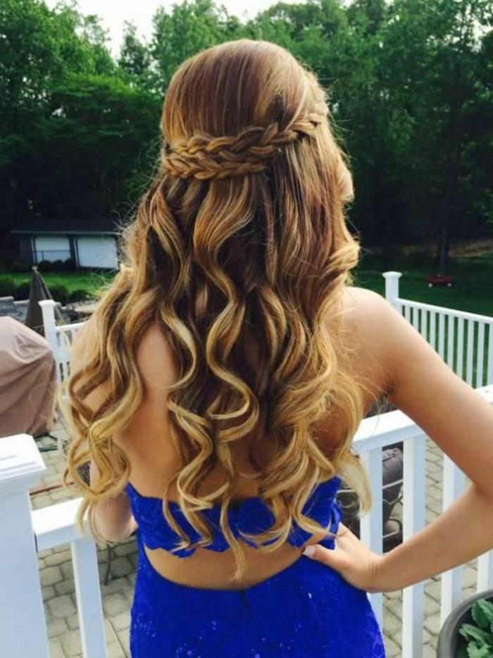 peinados-de-fiesta-pelo-largo-rizado-con-dos-trenzas-mujer-vestido-azul