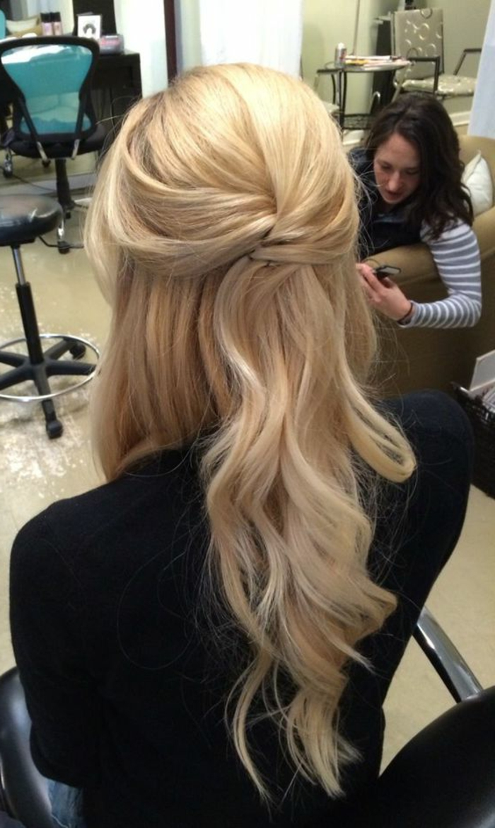 peinados-de-fiesta-pelo-rubio-largo-rizado-y-suelto-fácil-de-hacer-femenino