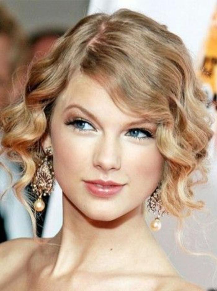 peinados-nochevieja-pelo-corto-rizado-Taylor-Swift-pelo-rubio-pendientes-grandes