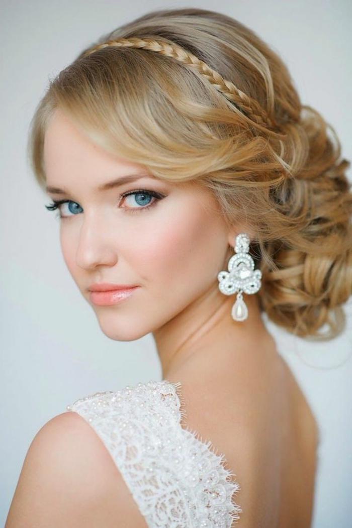 peinados-nochevieja-pelo-recogido-rubio-mujer-linda-trenza-pequeña-pendientes-interesantes