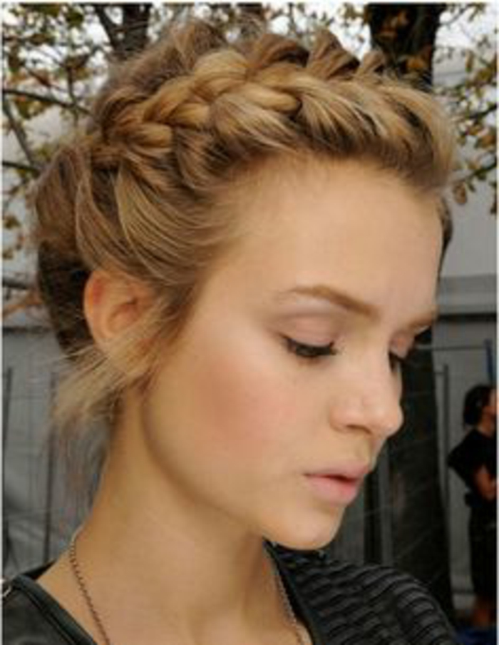 peinados-nochevieja-pelo-rubio-recogido-trenza-al-lado-francesa-mujer-bonita
