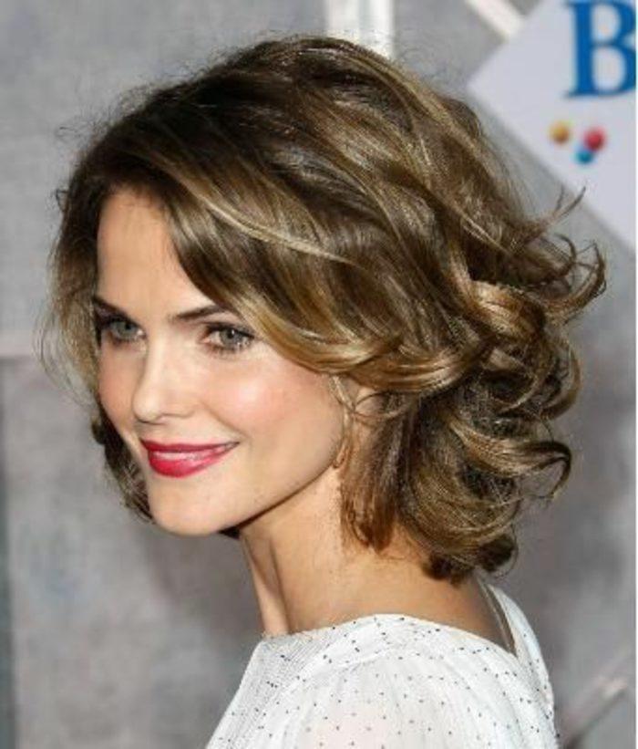 peinados-sencillos-pelo-corto-rizado-mujer-bonita-pelo-castaño-femenino-fácil-de-hacer