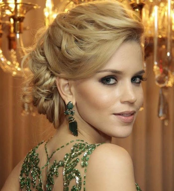 peinados-sencillos-pelo-recogido-rubio-elegante-mujer-linda-pendientes-verdes-vestido-verde