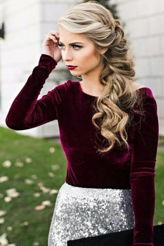 recogidos-sencillos-mujer-con-pelo-largo-rubio-rizado-medio-recogido-pelo-al-lado