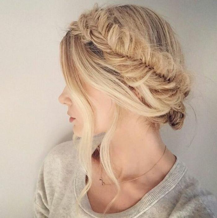 recogidos-sencillos-pelo-rubio-recogido-trenza-francesa-mechones-sueltos-peinado-elegante