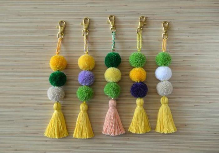 regalos-hechos-a-mano-llaveros-de-pom-pom-de-diferentes-colores