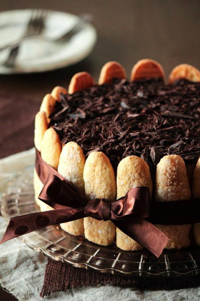 tartas-de-cumpleaños-con-biscotas-decoración-de-chocolate-y-cinta-regalo