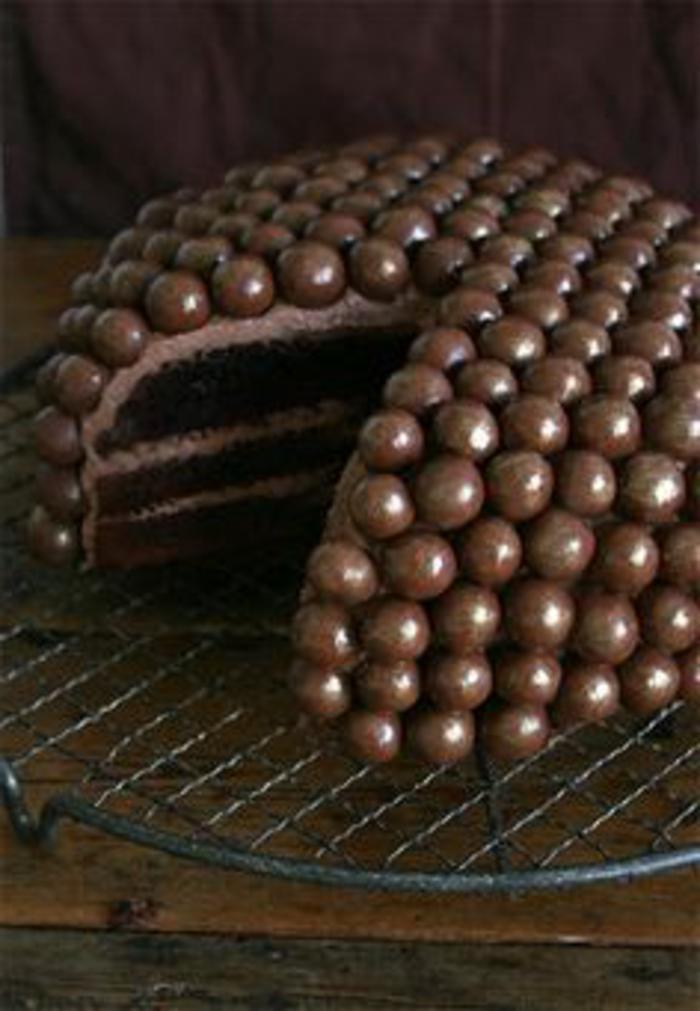 tartas-de-cumpleaños-de-chocolate-decorada-con-bonbones-de-chocolate-crema-de-cacao