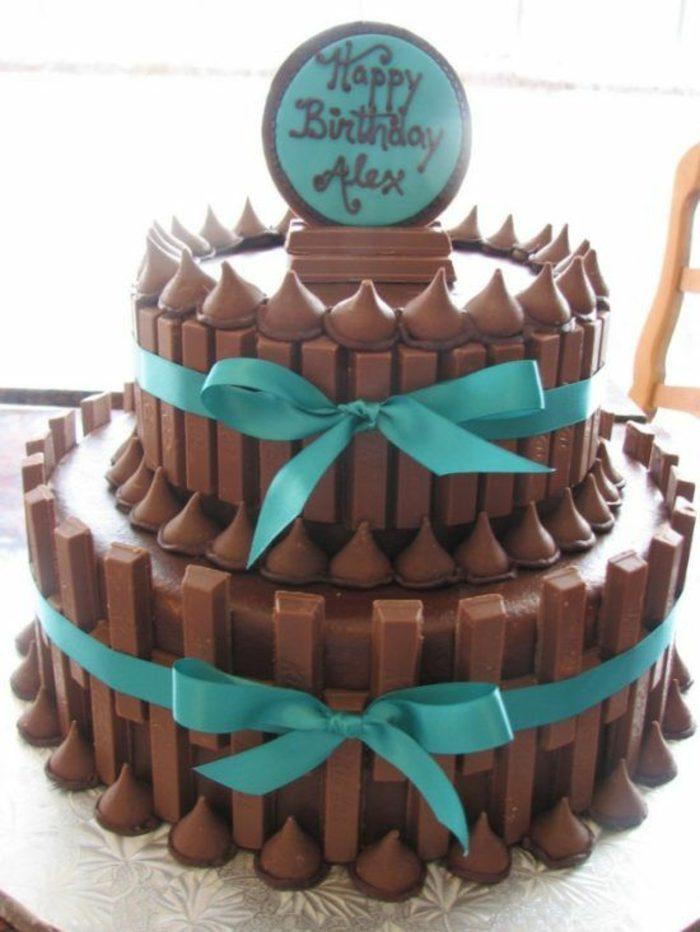 tartas-de-cumpleaños-de-chocolate-kit-kat-cintas-azules-bonbones-dos-capas
