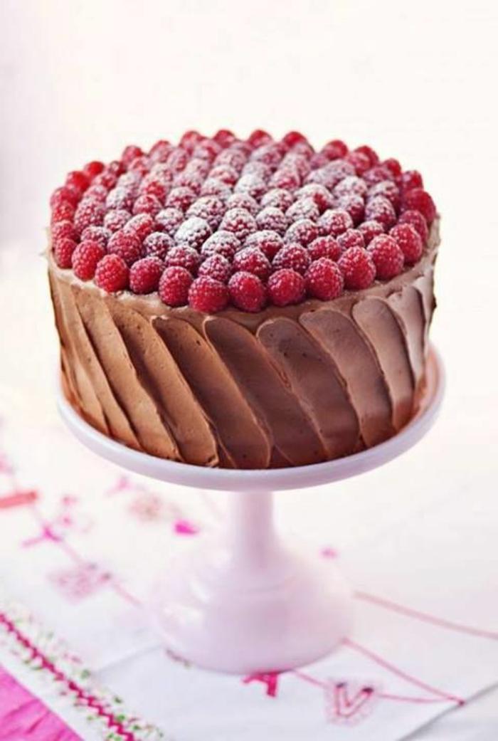 tartas-de-cumpleaños-de-frambuesas-chocolate-crema-de-cacao-azúcar-extrafino