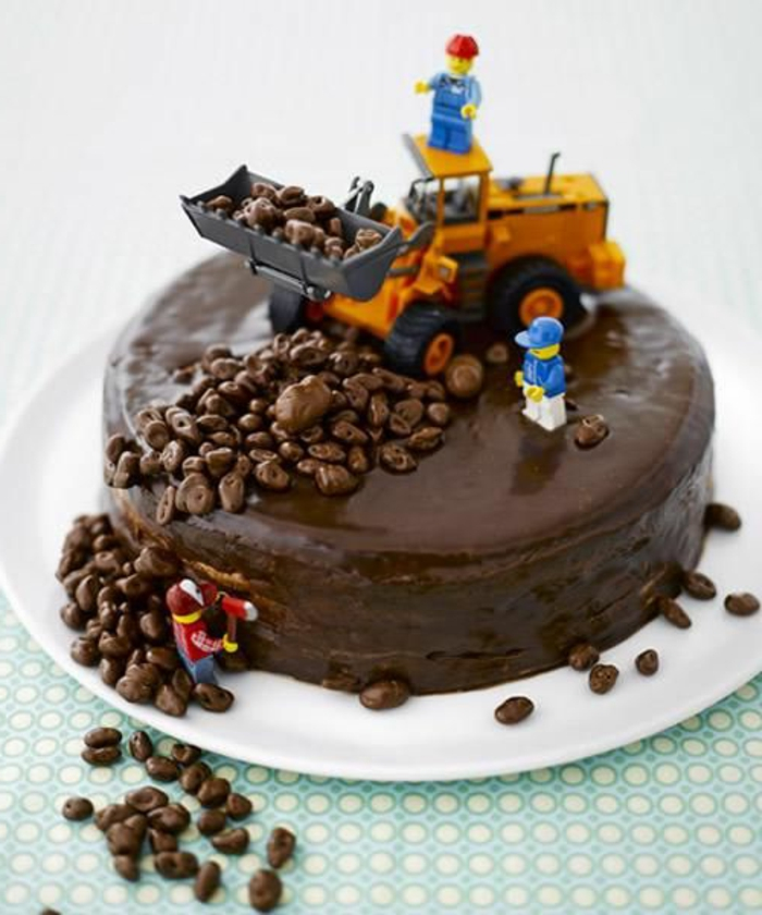 tartas-de-cumpleaños-de-niño-chocolate-figuras-de-lego-interesante-delicioso