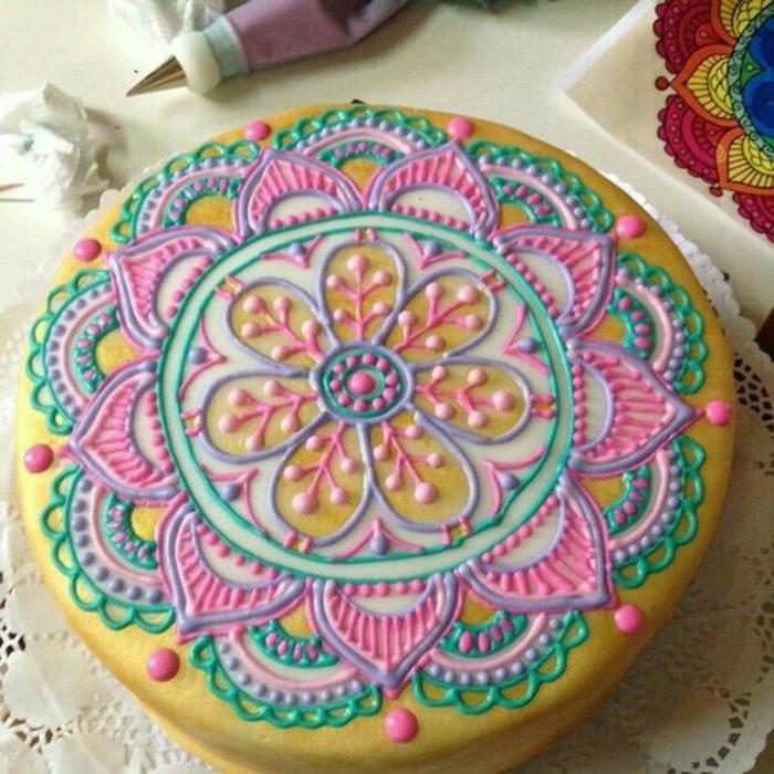 tartas-de-cumpleaños-muy-bonita-decoración-mandala-colores-pasteles