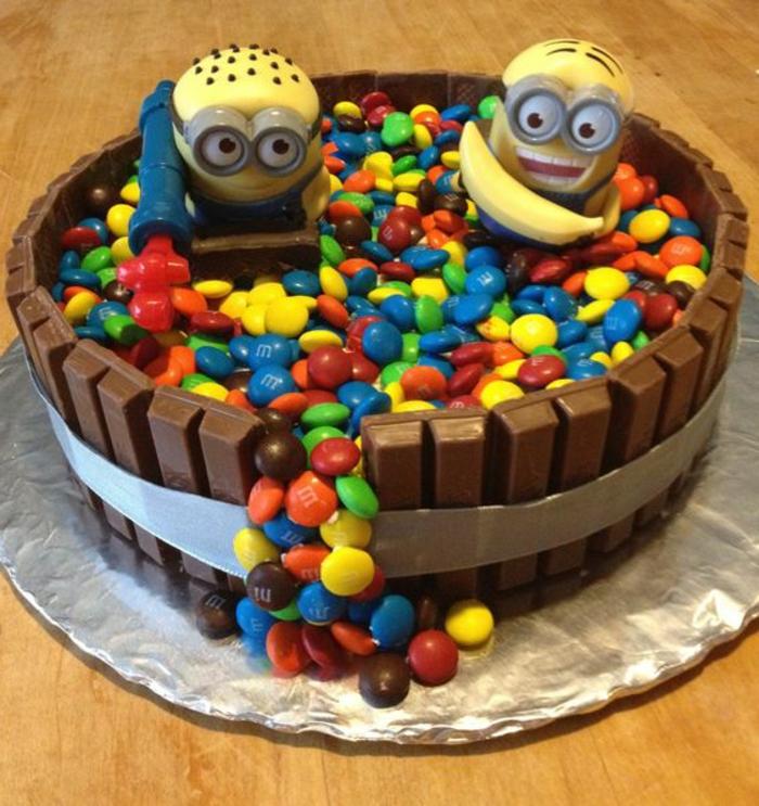 tartas-de-cumpleaños-para-niños-con-los-miniones-y-bonbones-m&m-kit-kat