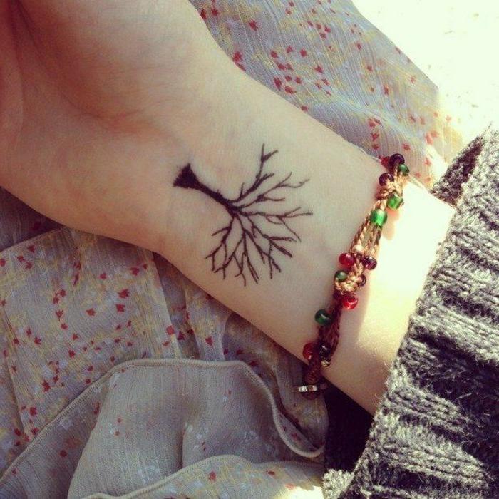 tatuajes-pequeños-mujer-en-la-nuca-arbol-negro-estilizado-bonito