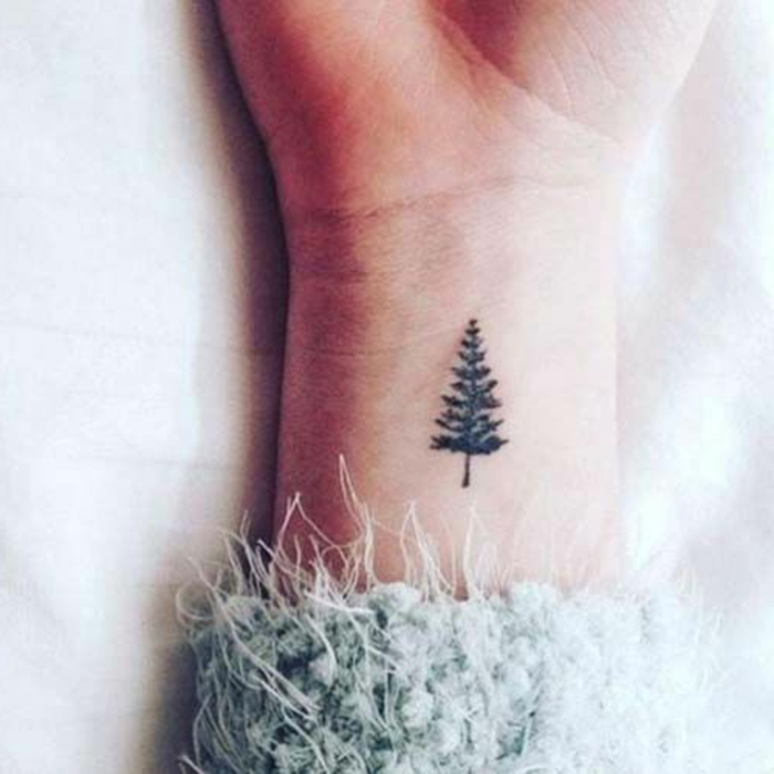 tatuaje-pequeño-en-la-muñeca-de-una-mujer-tatuaje-de-pino-simple-elegante