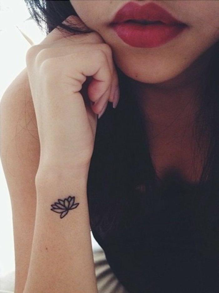 tatuaje-pequeño-en-la-nuca-flor-de-loto-mujer-tatuaje-femenino-bello