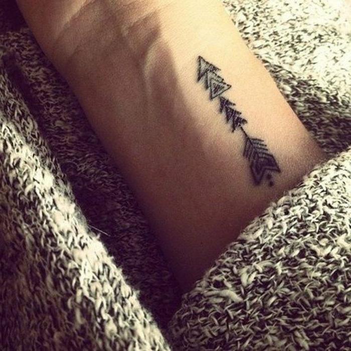 tatuaje-pequeño-mujer-en-la-nuca-flecha-estilizada-interesante-original